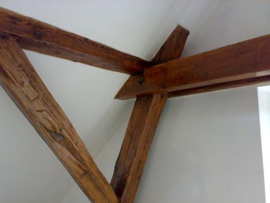 sádrokartonová konstrukce v podkroví s přiznanými trámy