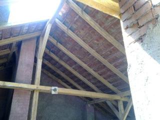 poskytujeme tesařské práce v případě potřeby rekonstrukce dřevěných krovů po napadení dřevokazným škůdcem.