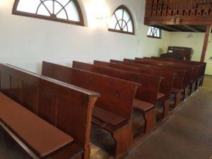 pohled na lavice husova sboru